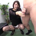 【男の潮吹き】痴女OLがアミタイツとノーパン姿で部長のチンポを乳首舐め手コキ(大場ゆい)