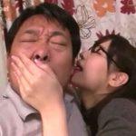 【手コキ射精】オヤジ好きな痴女子大生が耳元で囁いて耳を舐めてキスして教授を誘惑して勃起させる(桜空もも)