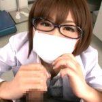 【痴女医】マスクとメガネをつけたままチンポを咥えて外して手コキにフェラに足コキに太ももコキ(成瀬心美)